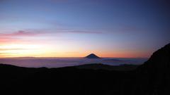 雲海から顔を出す富士山