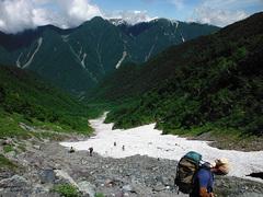 鳳凰三山を眺めながら雪渓を下る